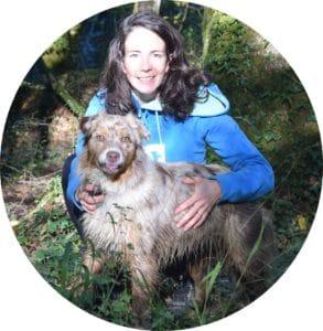 Une femme et son chien dans les bois
