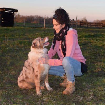 Une jeune fille et son chien qui échange un regard complice