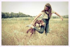 jeune fille et son chien