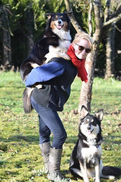 Charlotte avec ses 2 chiens