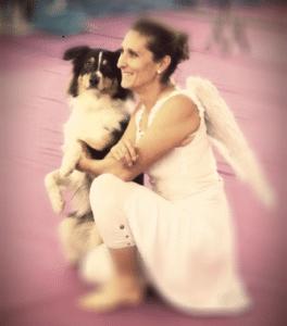 Une femme et son chien sont déguisées