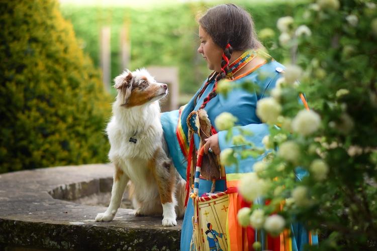 chien qui regarde sa maitresse
