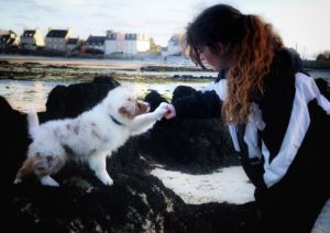 maitre avec son chien sur une plage