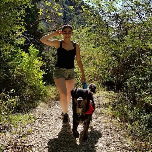 randonnée avec son chien, berger australien dans la nature