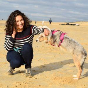 jeune fille avec son border collie sur la plage