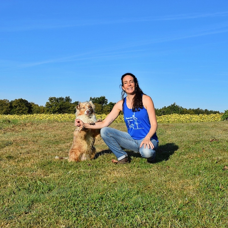 Julie et Gipsy prennent la pose pour une photo en position de dog dancing