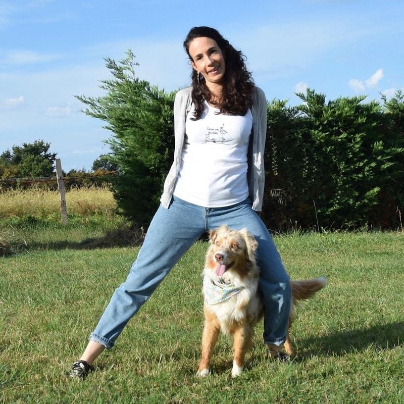 débardeur blanc danse avec ton chien